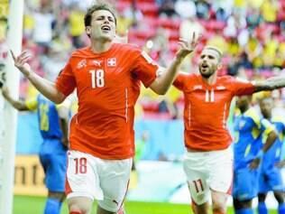 Chance. Atacante suíço Admir Mehmedi comemora gol em jogo contra o Equador
