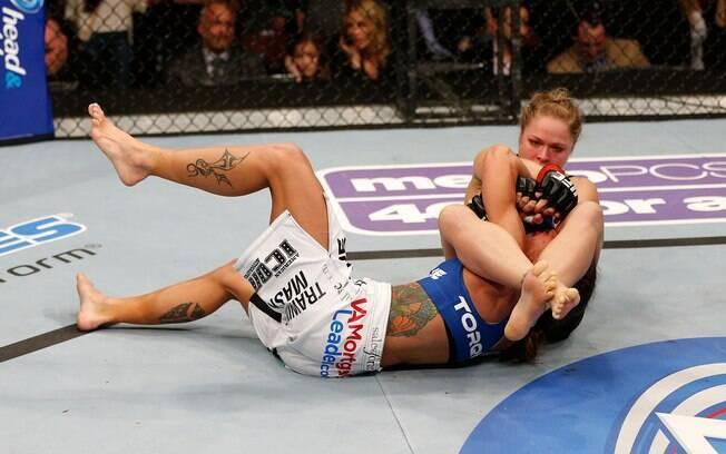 Ronda Rousey finaliza  Liz Carmouche no UFC  157