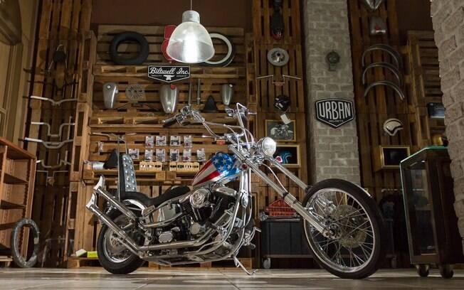 Réplica da moto de Easy Rider fabricada no Brasil a partir de uma Harley-Davidson Fat Boy 1997