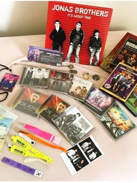 Amanda Regina tem coleção de itens dos Jonas Brothers