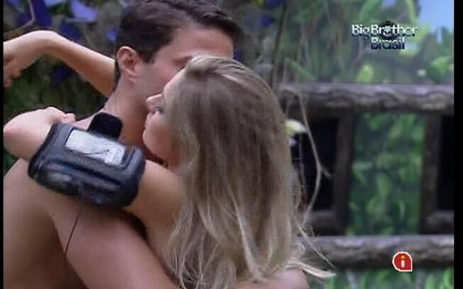 Ronaldo e Renata se abraçam