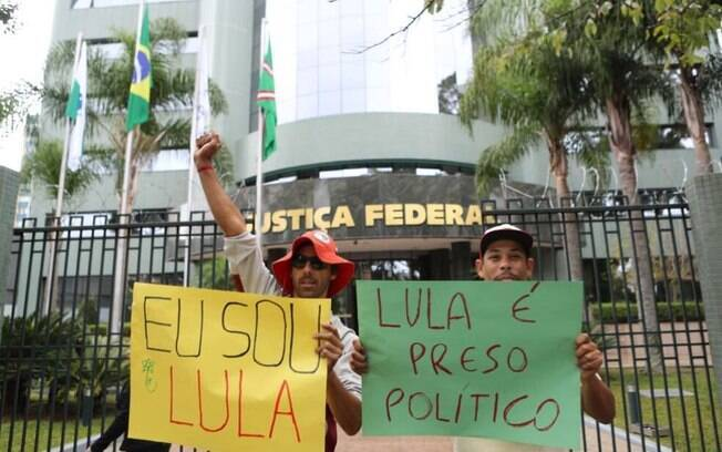 Militantes em Curitiba afirmam que Lula é preso político e clamam pelo que chamam de 'respeito à democracia'