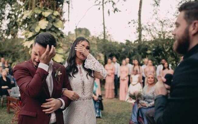 Fazer o first look não diminuiu a emoção do casal na cerimônia e nem tornou a entrada da noiva sem graça