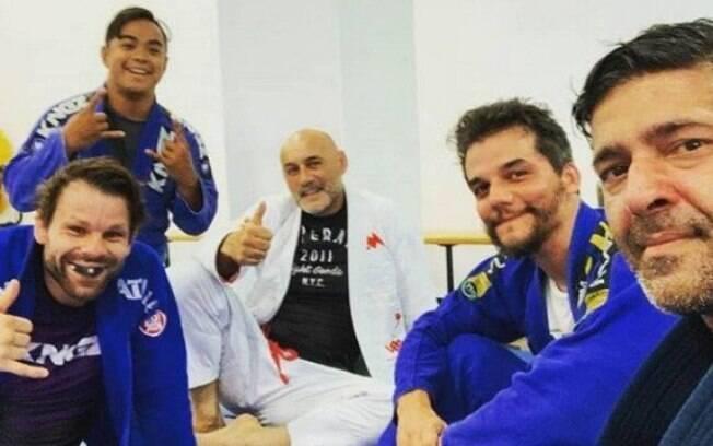 Wagner Moura com colegas em aula de jiu-jitsu nos EUA