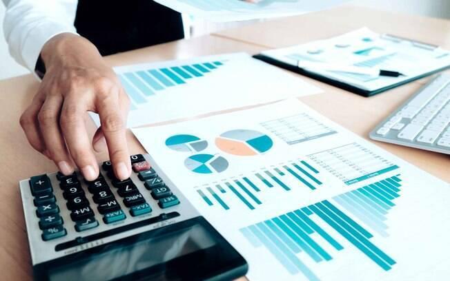 Especialista conta importância de relatar ações e investimentos no Imposto de Renda