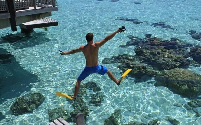 Um mar que dá brilho nos olhos, a prática de mergulho é algo comum no Tahiti e que agrada muito os viajantes