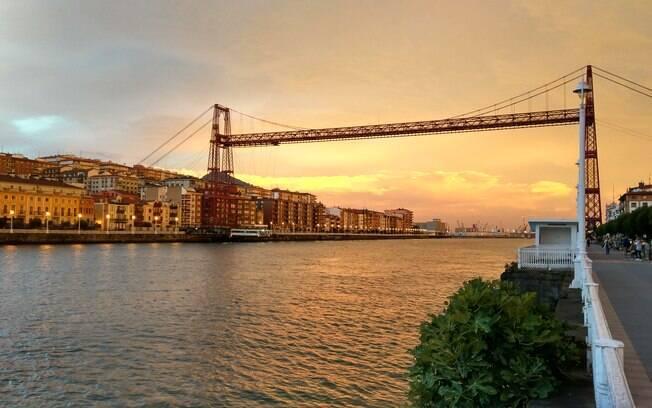 Da Ponte Bizkaia, no litoral do País Basco, até o coração da cidade, é possível cruzar Bilbao a barco na Ría de Bilbao