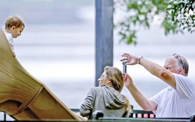 Gisele Bündchen, o sogro e o filho em um parque