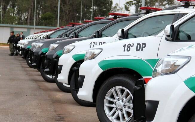 carros da polícia estacionados lado a lado