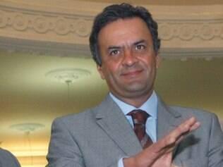 Crise é resultado de governo autoritário, diz Aécio