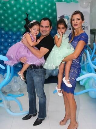 Ao lado da mulher, Flávia, Luciano Cmargo comemora aniversário das filhas Isabella e Helena