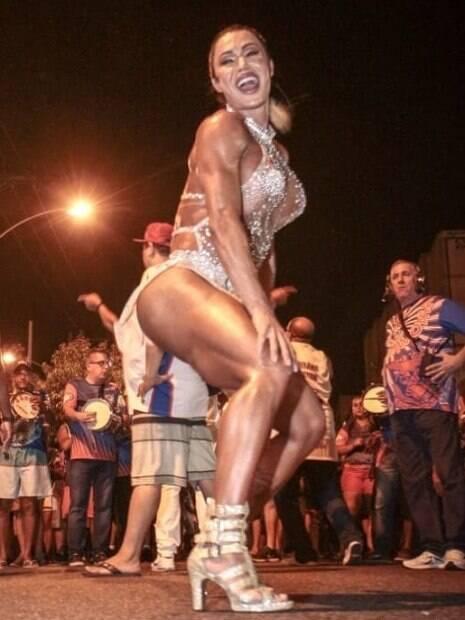 Gracyanne Barbosa arrasa em ensaio aberto da União da Ilha do Governador
