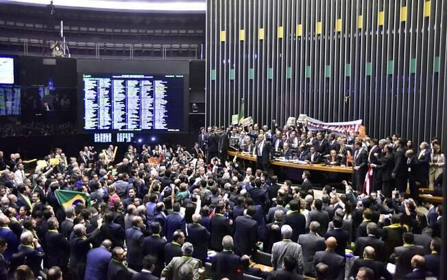 Deputados se aglomeram atrás da Mesa Diretora da Câmara. Foto: Antonio Augusto/Câmara dos Deputados - 17.04.16