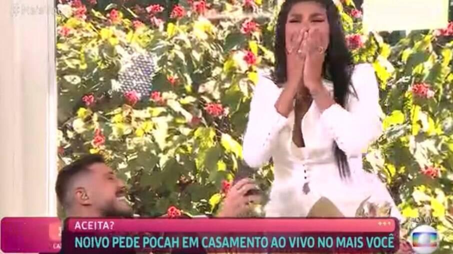Ronan Souza pede Pocah em casamento