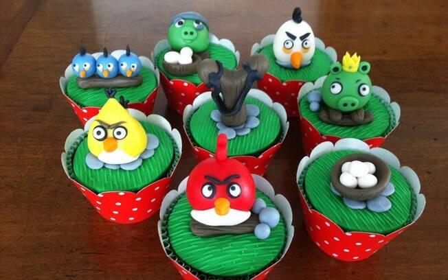 Cupcakes podem substituir o tradicional bolo e têm decorações variadas, como estes do Angry Birds. De Flavia Andrada