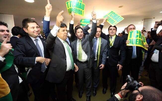 Mais deputados exibem cartazes no salão verde, na Câmara dos Deputados. Foto: Antonio Augusto/Câmara dos Deputados - 17.04.16