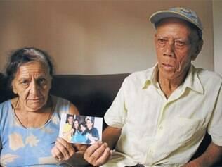 Avós de Matheus Marcos de Oliveira (à direita na fotografia), morto no acidente, mostram retrato do neto ao lado dos três irmãos