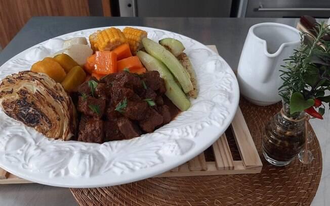 Receita de carne de panela ensinada por Ana Maria Braga é inspirada na novela 'Êta Mundo Bom!