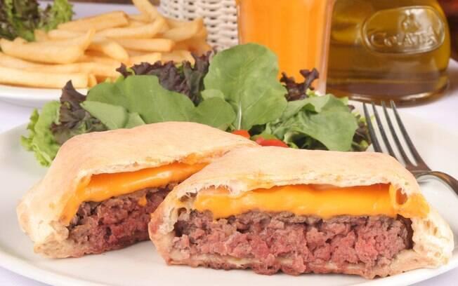 Foto da receita Cheeseburguer no pão de pizza pronta.
