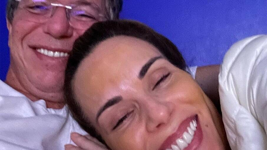 Ana Furtado deitada no colo de Boninho