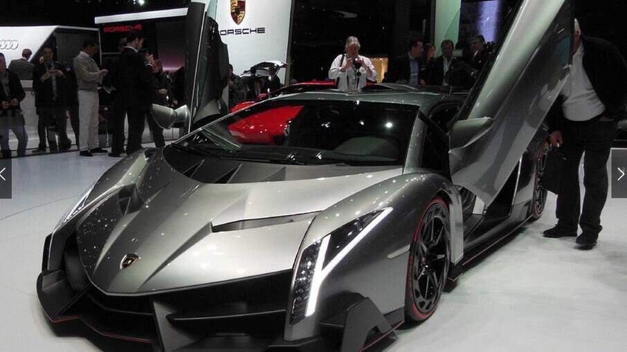 Homem é preso por fraudar documentos para receber auxílio e comprar carros de luxo nos EUA