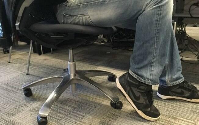 Consiste em elevar os calcanhares até que os pés fiquem apoiados nos dedos. Trabalha o músculo tríceps sural.