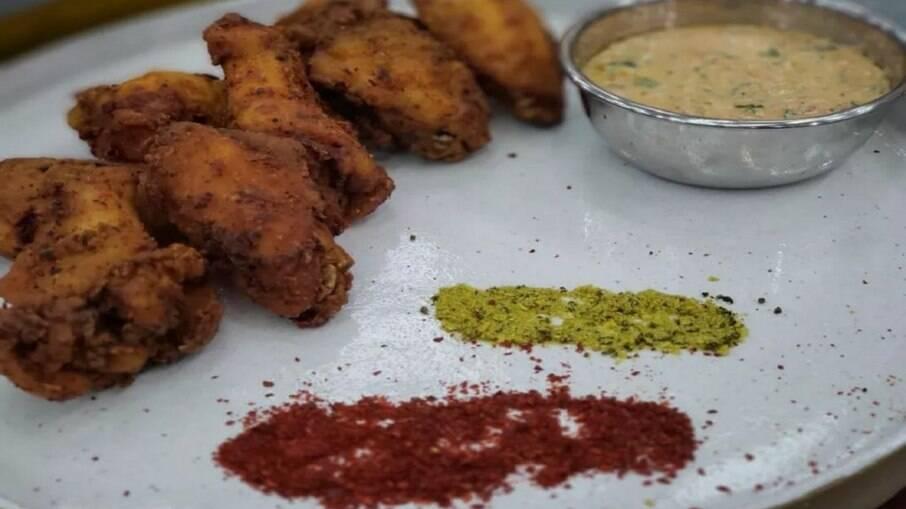 Aprenda a fazer asinhas picantes com molho indiano feito com iogurte para o fim de semana