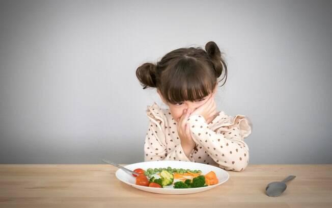 Elogiar os pequenos avanços e levar a criança para a cozinha está na lista de dicas de como lidar com o
