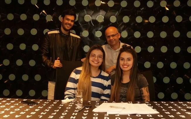 Carol & Vitoria assinam contrato com a Som Livre