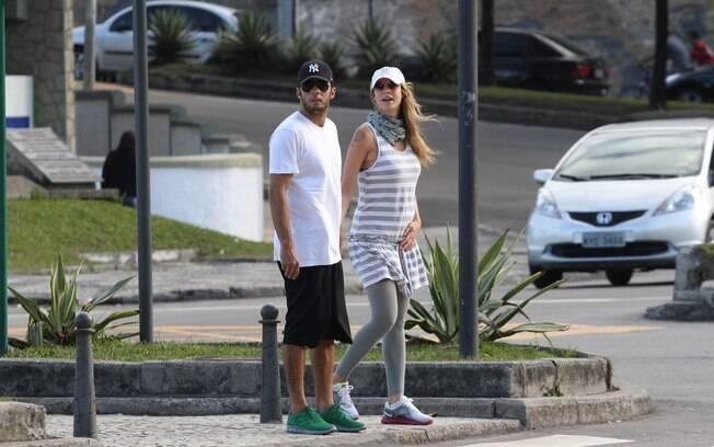 Luana Piovani e Pedro Viana, que esperam o primeiro filho, passeiam pela orla