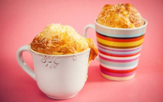Foto da receita Suflê de queijo na caneca pronta.