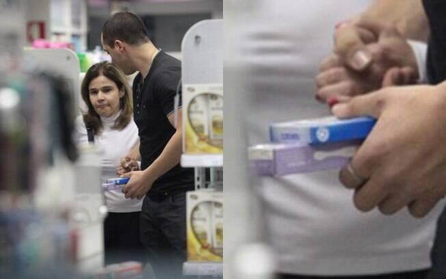 Ao lado do novo namorado, Claudia Rodrigues foi fotografada comprando teste de gravidez em uma farmácia de São Paulo