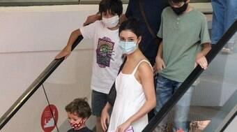 Sophie Charlotte e Daniel de Oliveira passeiam com filhos