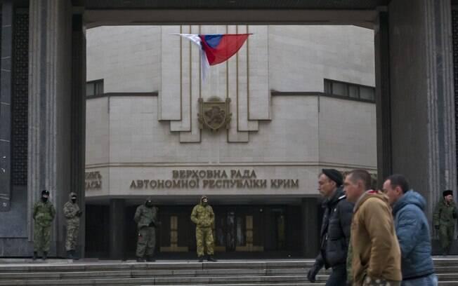 Bandeira da Rússia na entrada do prédio do parlamento regional da Crimeia