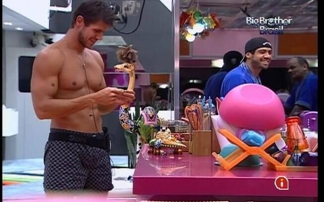 Jonas conta para Monique conhecer Tom (BBB9) e Rodrigão (BBB11)