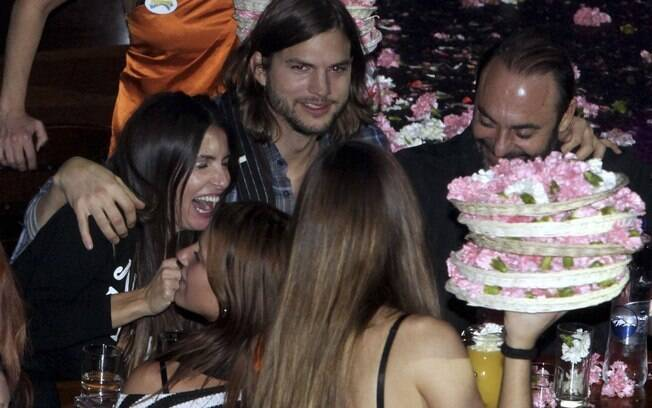 Ashton Kutcher abraça a amiga Athanasia e seu marido: o ator diz tudo não passa de invenção