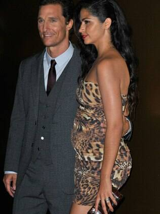 Camila Alves ao lado de Matthew McConaughey : barriguinha à vista