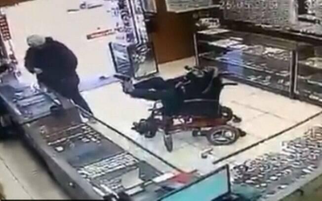 Homem usou réplica de arma com os pés