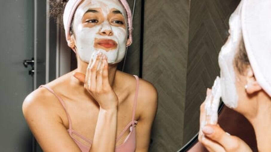 Lavar bem o rosto com o sabonete adequado é indispensável em qualquer rotina de skincare