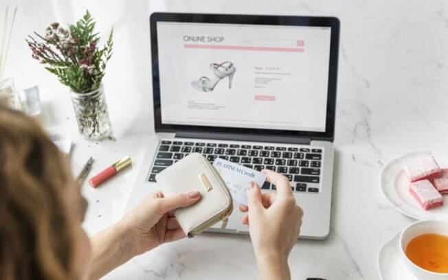 Não comece a ter dívidas por comprar roupas online! Veja a melhor forma de pagamento e busque por cupons de desconto