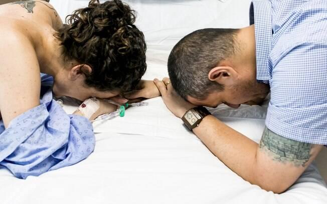 Foto que representa o apoio do pai durante o trabalho de parto para Ellen, algo que foi fundamental para o casal acima
