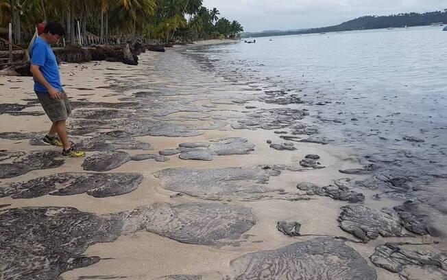 Manchas de óleo avançam e atingem a praia dos Carneiros