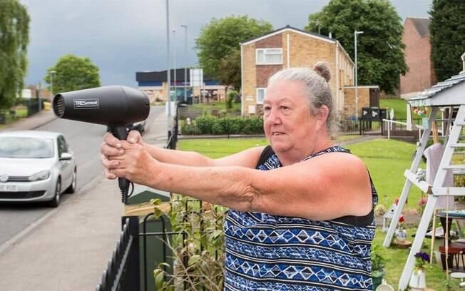 A idosa, do Reino Unido, resolveu usar um secador de cabelos para intimidar motoristas