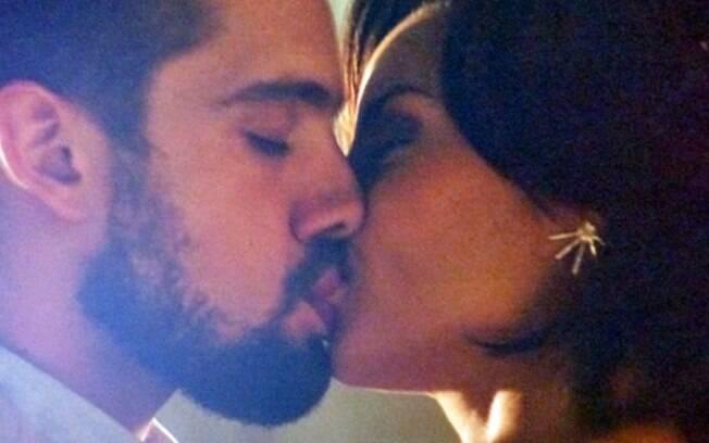 Vicente e Clara se beijam