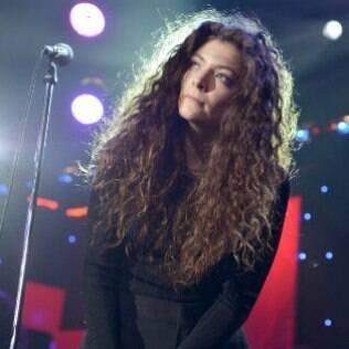 A cantora Lorde também assume os cachos com estilo