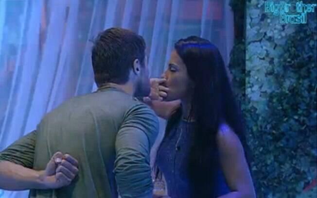 Sister beija a aliança e recusa a brincadeira do gaúcho