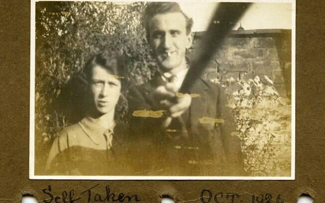 Fotografia de 1926 mostra casal usando 'bastão de selfie'