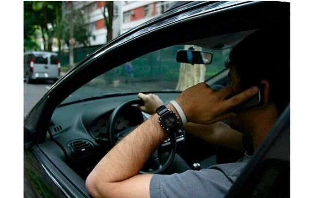 Celular ao volante: além de ser infração gravíssima, ainda pode causar acidentes fatais no trânsito do dia a dia
