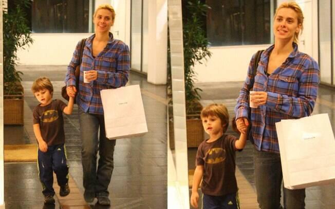 Carolina Dieckmann e o filho José em um shopping da Barra