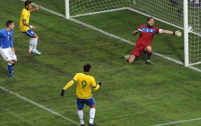 Fred chuta de direita e abre o placar para o  Brasil